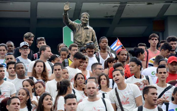 Jóvenes cubanos rinden homenaje a los héroes del 13 de marzo