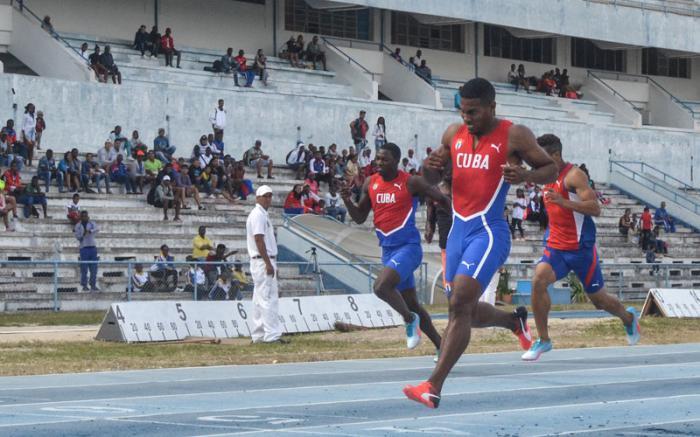 Reynier Mena, ganó el 200 metros masculino, de la Copa Cuba de Atletismo, en el Estadio Panamericano.