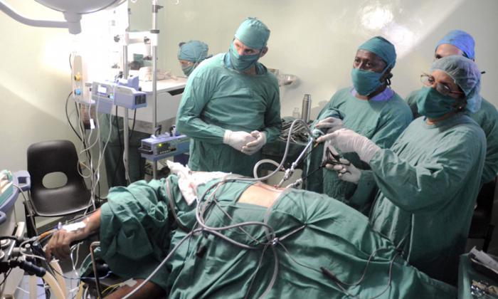 Cirugía de mínimo acceso realizada en el Centro Nacional de Cirugía de Mínimo Acceso, Luis de la Puente Uceda.