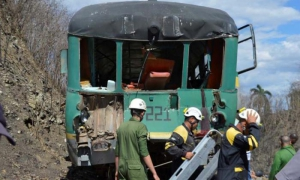 El accidente ocurrió en las proximidades de la ciudad de Sancti Spíritus al impactarse un coche motor con un tren cargado de caña