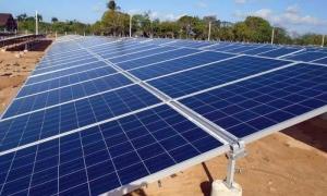 Parque fotovoltaico-Celdas fotovoltaicas - La obra permitirá dejar de quemar anualmente 570 toneladas de combustible y de emitir a la atmósfera 460 de CO2.
