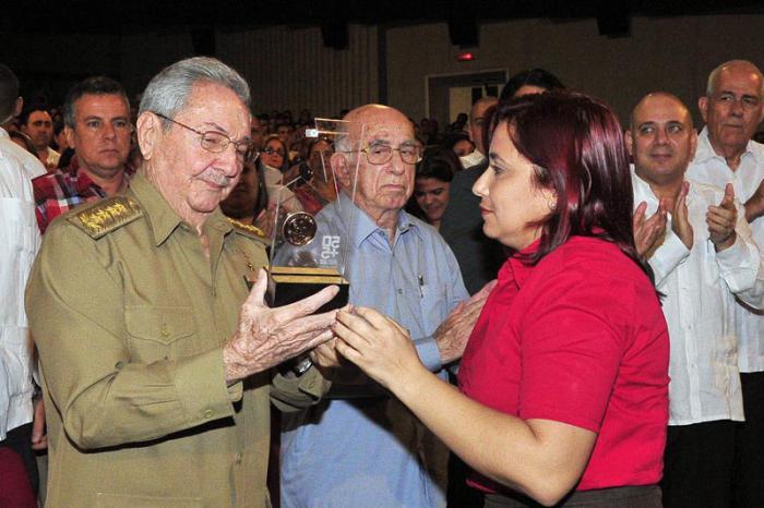 Recibió Raúl medalla conmemorativa aniversario 55 de la UJC