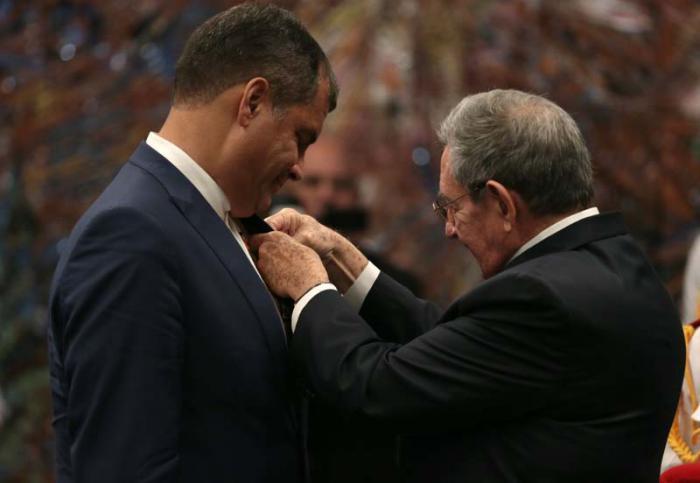Condecora Raúl al Presidente ecuatoriano con Orden José Martí  (+ Fotos)