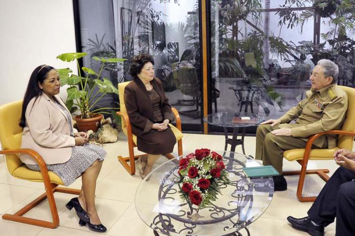 Recibe presidente cubano a viuda del líder angolano Agostinho Neto