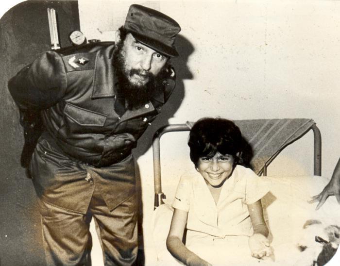 Fidel Castro en ocasión de la epidemia del dengue hemorrágico. Recorría constantemente los centros asistenciales. Fotocopia: Carlos Pereira 24/07/1983 Publicada 29/07/1983 Fid20003