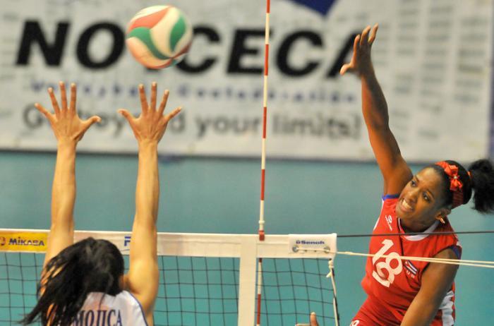 Voleibol  F Clasificaciòn equipo cuba vs PR jugada defensiva Sulian Matienzo
