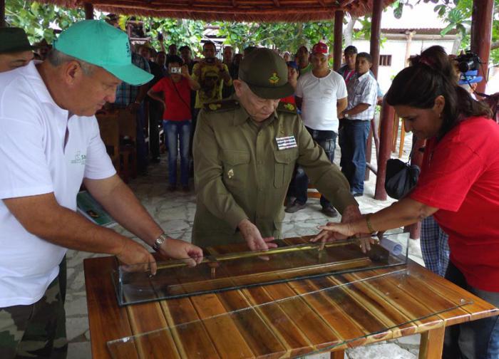 Las máximas autoridades de Camagüey entregan a Guillermo García Frías la réplica del sable del mayor general