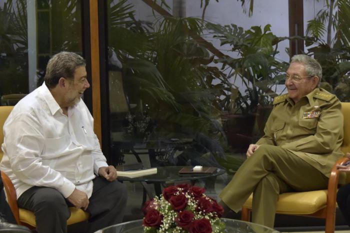 Recibió Raúl Castro en La Habana al Primer Ministro de San Vicente y las Granadinas