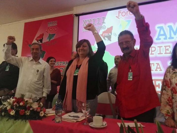 De izquierda a derecha, José Ramón Balaguer Cabrera, la secretaria ejecutiva del Foro, Mónica Valente, y el secretario de Relaciones Internacionales del Frente Sandinista, Jacinto Suárez.