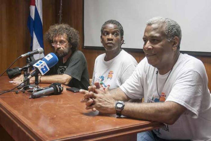 Conferencia de prensa de Joel Suárez, coordinador ejecutivo del Centro Martin Luther King (Derecha) y los integrantes de la caravana pastores por la paz, Gail Walker, (centro) y Luis Barrios, en la sede del Instituto Cubano de Amistad con los Pueblos (ICAP), de la capital cubana