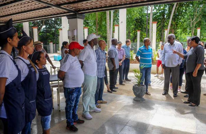 El presidente de la Asamblea Nacional del Poder Popular de Cuba (ANPP), Esteban Lazo Hernández, acompañado de Mercedes López Acea, Primera Secretaria del Comité Provincial del Partido en La Habana y Vicepresidenta el Consejo de Estado, recorren obras reinauguradas en el complejo recreativo Río Cristal y Restaurante Las Ruinas en el Parque Lenin.