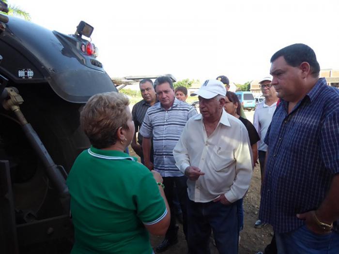 José Ramón Machado Ventura, acompañado de Félix Duarte Ortega (a la izquierda) recorrieron áreas donde se levantará la bioeléctrica y apreció la calidad de los equipos.