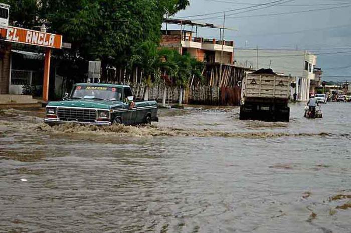 Aunque no hubo reportes de muertes ni heridos, al menos 5 000 personas recibieron afectaciones por el mal tiempo y los desbordamientos de los ríos en Ecuador. Foto: PL