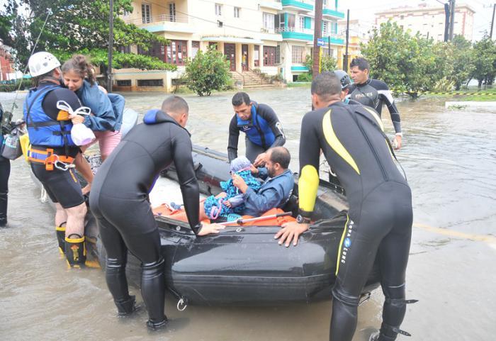 Huracan Irma penetración del mar en calle Calzada  y Paseo en el Vedado,brigada derescate
