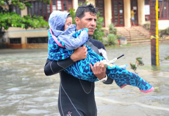 Huracan Irma penetración del mar en calle Calzada  y Paseo en el Vedado,bridada derescate
