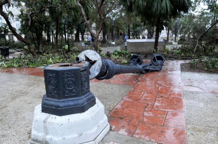 Huracán Irma en la capital. El domingo en la mañana mucha población en la calle y muchos turistas fotografiando las secuelas. Parque Central.