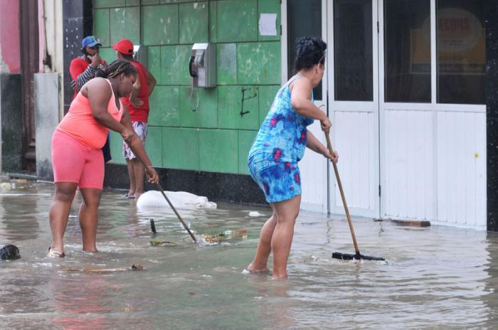Huracán Irma en la capital. El domingo en la mañana mucha población en la calle y muchos turistas fotografiando las secuelas.