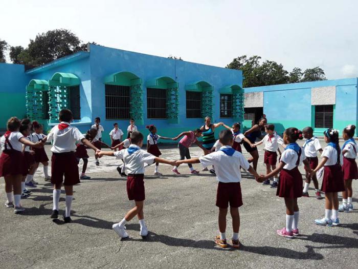 969ba0675b5 En la escuela primaria Pedro Domingo Murillo, al momento de la visita de  Granma,