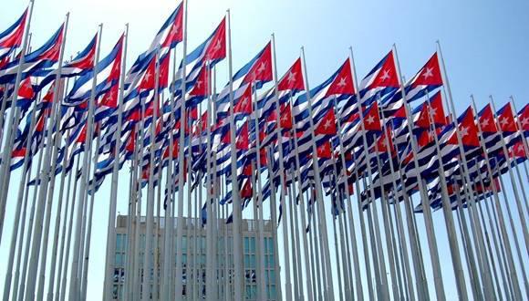 Monte de las Banderas frente a la embajada de Estados Unidos en La Habana, Cuba.