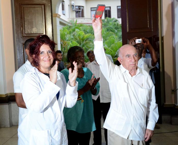 55 Aniversario de la Facultad de Ciencias Medicas Girón, entregan medalla conmemorativa a Raul Castro Ruz pte de los consejos de estados y Ministros