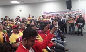 Delegados en el XIX Festival Mundial de la Juventud y los Estudiantes se manifiestan contra el bloqueo.