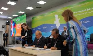 Los máximos representantes del Ministerio de Educación Superior de Cuba y la Universidad Estatal Lomonósov de Moscú, firmaron un convenio de colaboración. Foto: Luis Mario Rodríguez Suñol