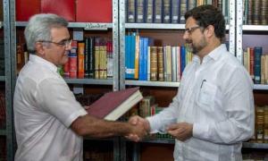 René González Barrios (izquierda), recibió el donativo de manos del embajador de España en Cuba. FOTO: Abel PADRÓN PADILLA