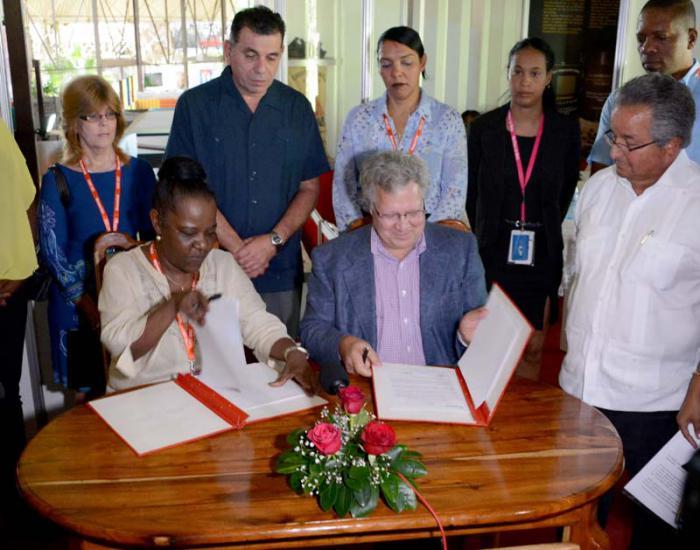 FIHAV 2017: Cuba y Estados Unidos firman acuerdo para la exportación de carbón vegetal