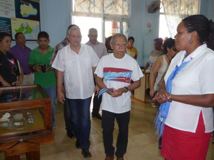 El luchador puertorriqueño en visita al museo 19 de Diciembre, en Caimanera. Foto del autor
