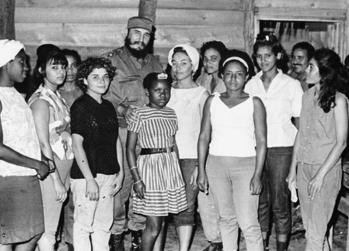 Fidel con muchachas adoslescentes en La Mota, en la Sierra Mestra.