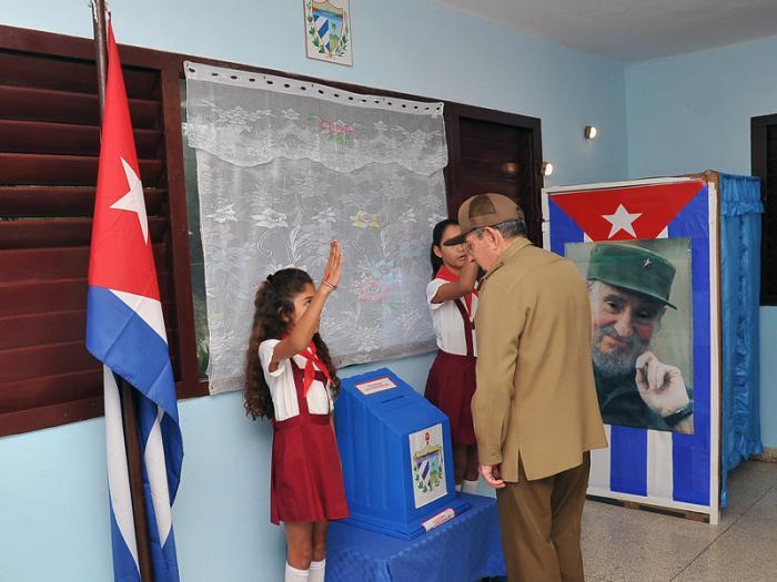 Raúl Castro ejerce su derecho al voto en las elecciones generales 2017-2018