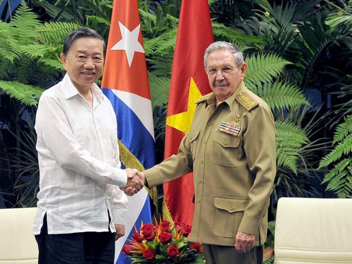 Raul Castro received the Minister of Public Security of Vietnam. Photo: Estudios Revolucion