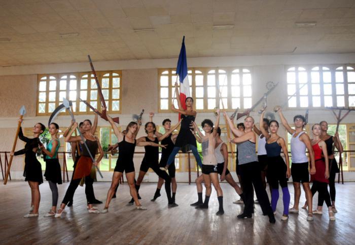 El joven elenco del Ballet de Camagüey ensaya en su sede la obra Las llamas de París.