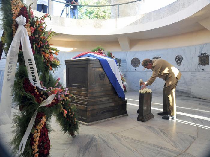 Raúl Castro y miembros del Buró Político rinden honores a José Martí.