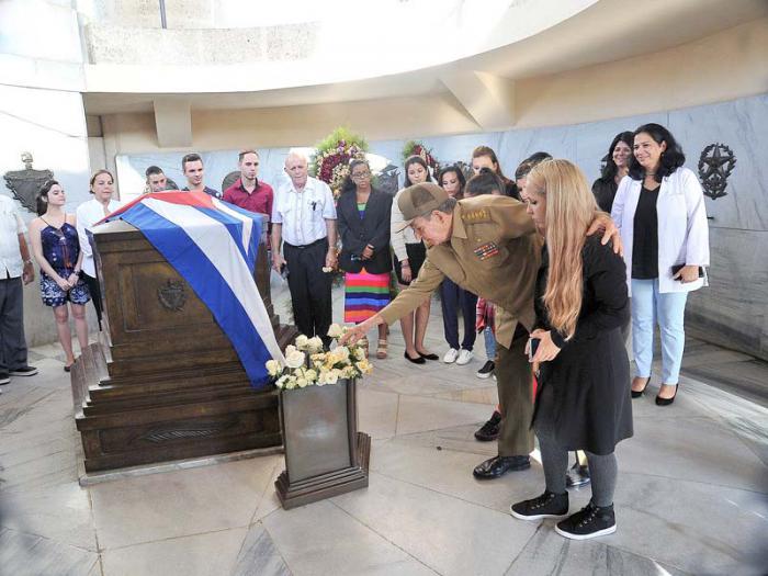 Intercambia Raúl Castro con jóvenes beneficiados por implante cloclear