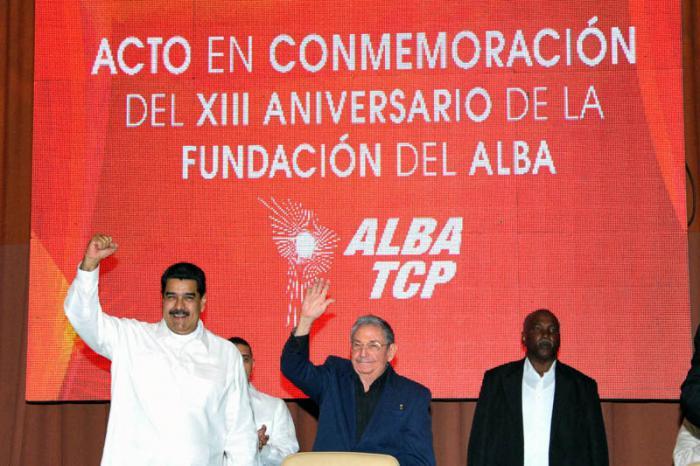 Raúl y Maduro en el acto del XIII aniversario ALBA-TCP
