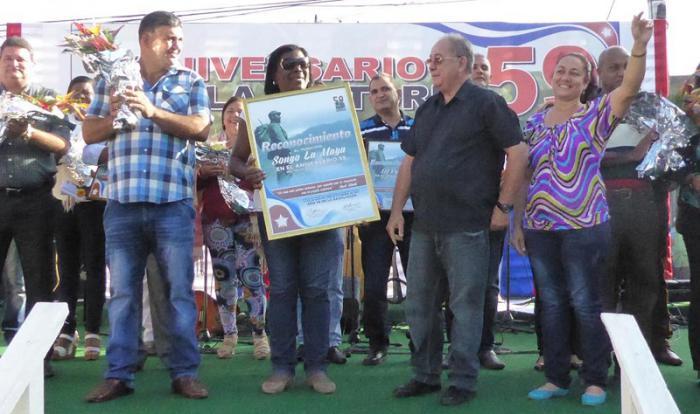 Reconocimiento a Songo-La Maya - 59 aniversario del Triunfo de la Revolución. de izq. a der: Yudith Rodríguez Herrera, primera secretaria pcc en sogo la maya, Lázaro Expósito