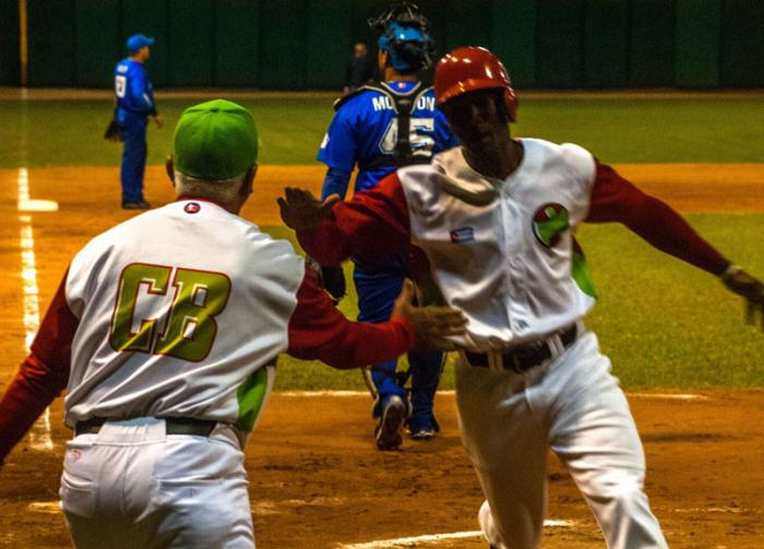 Las Tunas vence a Industriales en play off del Béisbol cubano