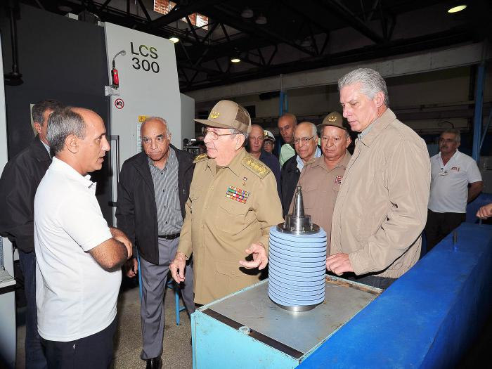 Raul toured facilities of Camagüey Military Industrial Company