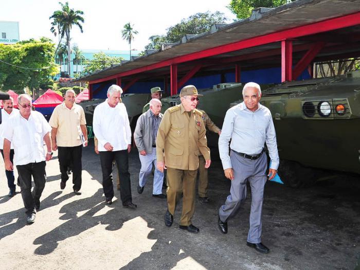 Raúl recorrió los talleres y conoció de las producciones que se realizan en la empresa para suplir las necesidades de la defensa del país y de la economía nacional.