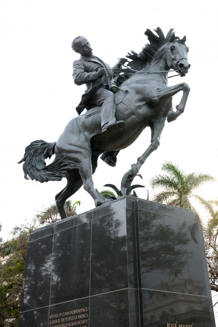 Develan en La Habana estatua ecuestre de José Martí