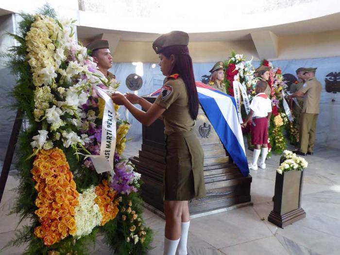 En nombre del pueblo de Cuba se honró a Martí ante su mausoleo.