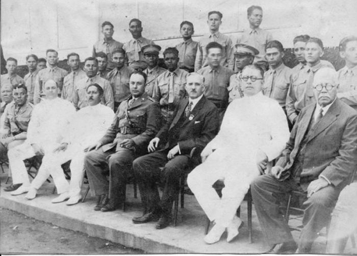 El presidente Sacasa acompañado de oficiales de la Guardia Nacional. A su derecha el mayor general Anastasio Somoza, quien ordenó el asesinato de Sandino.