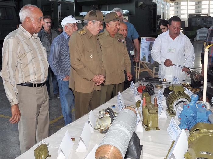 Raúl Castro visita Empresa Militar Industrial y Escuela Camilo Cienfuegos en Mayabeque