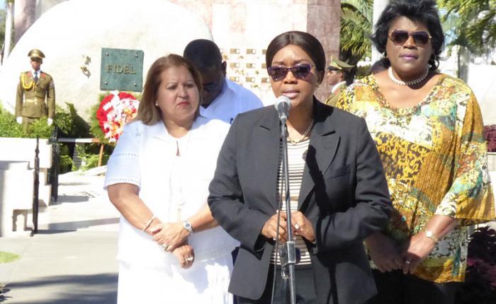 En su homenaje a Fidel, la Primera Ministra de Namibia (al centro) estuvo acompañada de Teresa Amarelle (a la izquierda), y Beatriz Johnson (a la derecha).