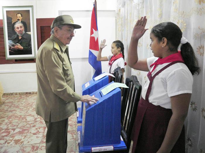 Luego de votar, Raúl conversó con las pioneras que custodiaban las urnas.