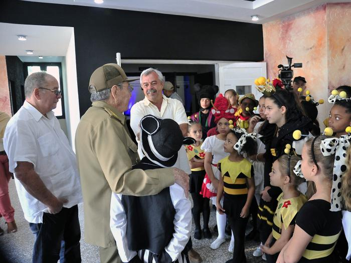 Raúl Castro con niños de La Colmenita
