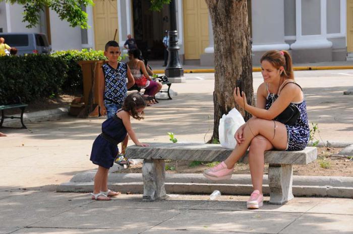 Parque Martí de Cienfuegos. Mujer comunicandose por Wify.