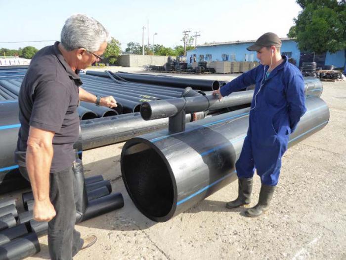 Las secciones de las barreras flotantes son sometidas a un riguroso proceso de inspección antes de salir de la fábrica.
