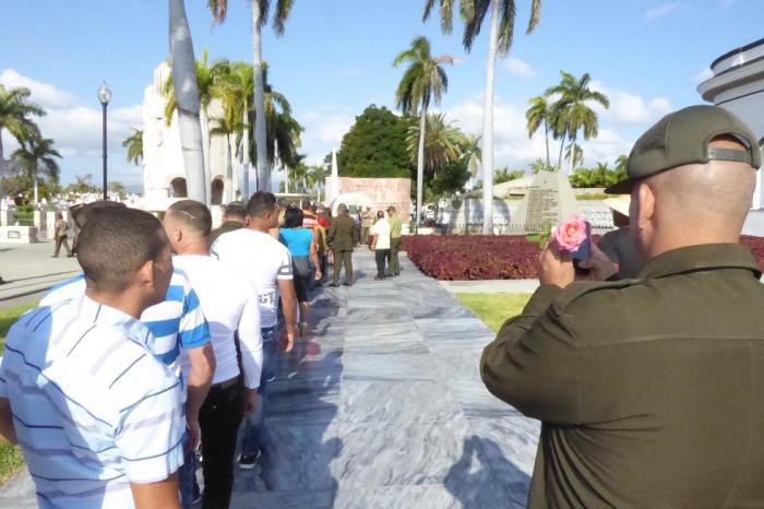 Cientos de visitantes acuden diariamente a rendirle homenaje a Fidel.